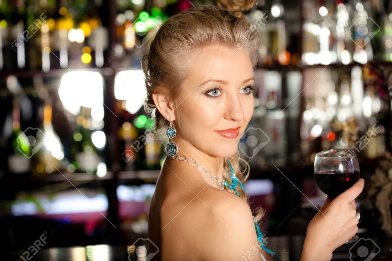 Junge Schöne Blonde Frau Mit Einem Glas Wein Stehen Auf Der Theke ...