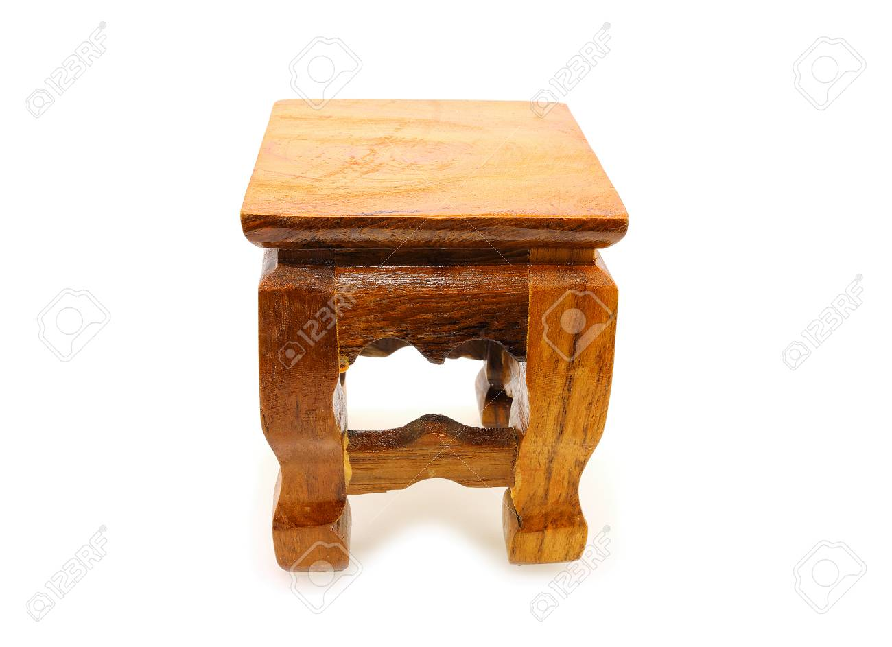 Piccolo tavolo in legno antico su sfondo bianco