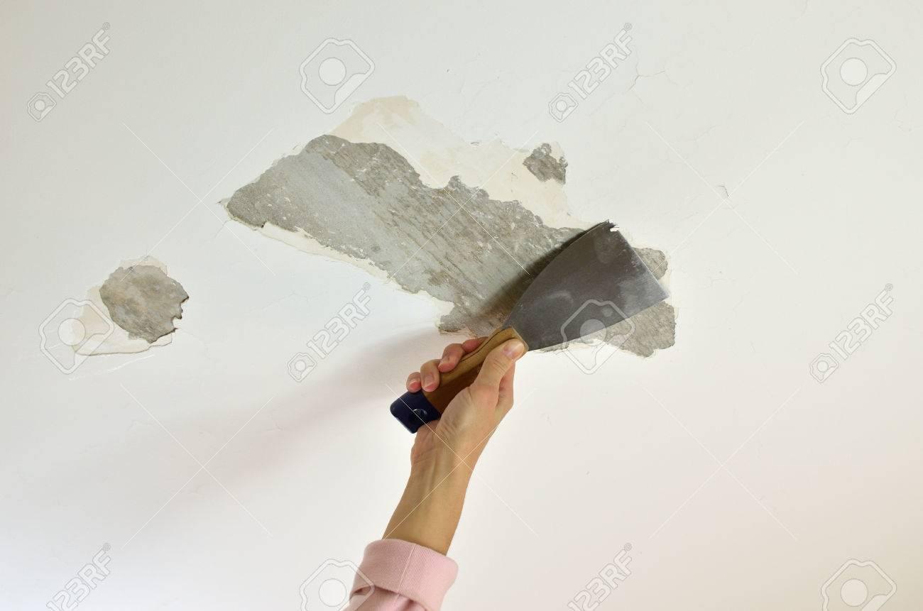 AuBergewohnlich Hand Mit Einem Gipsspachtel, Decken Schaben, Die Vorbereitung Für  Renovierung Standard Bild