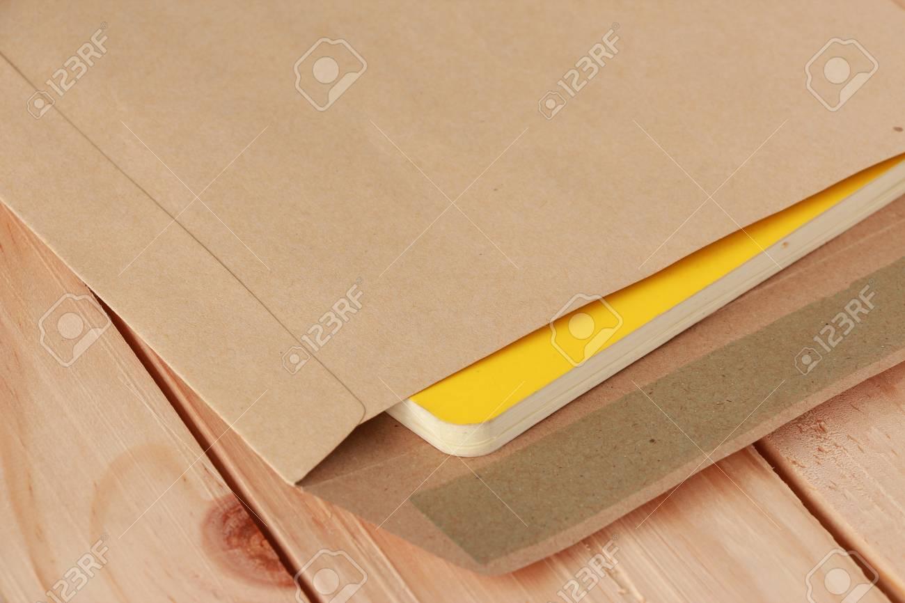 木製のイエロー ブックのドキュメント ホルダー の写真素材・画像素材 ...