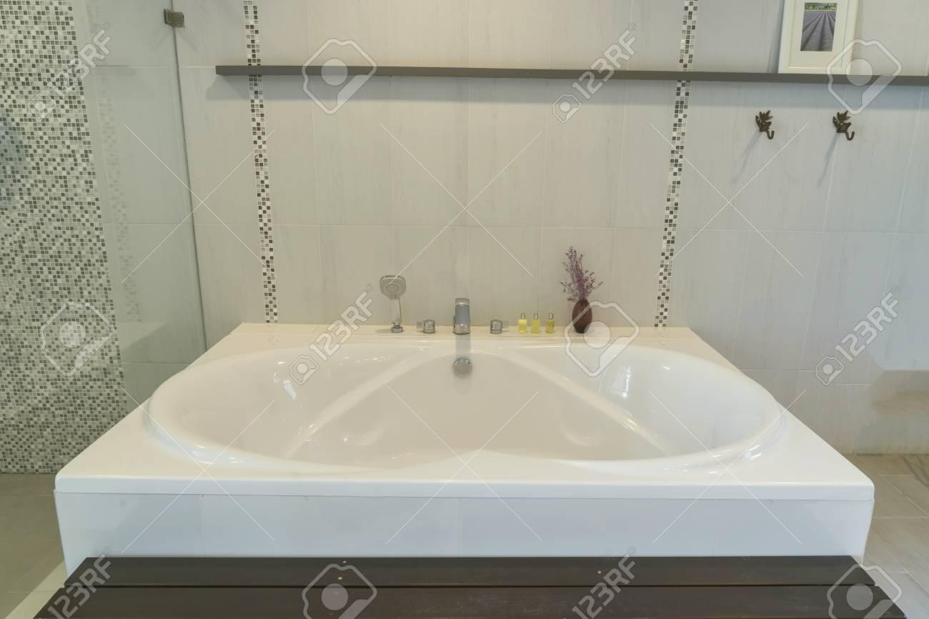 Vasca Da Bagno Grande : Grande vasca da bagno nel bagno può utilizzare per visualizzare o