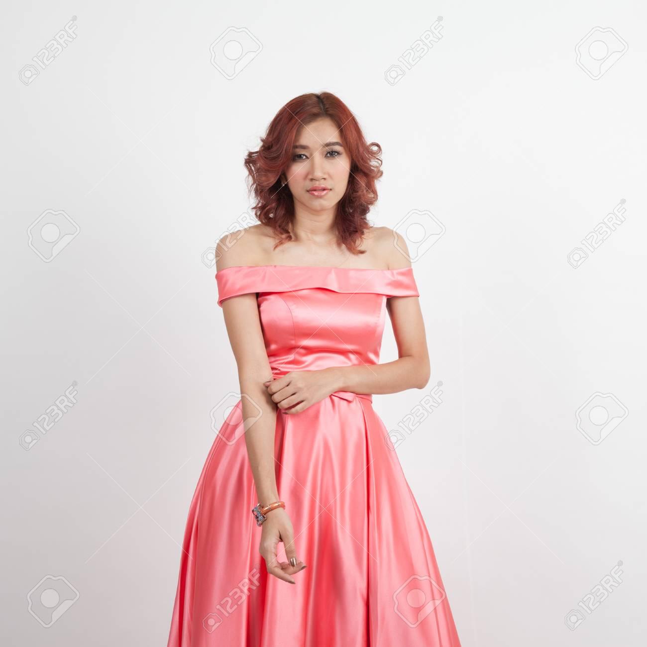 d9e1b1477f6a2d Half portret van een mooi meisje in een rode jurk geïsoleerd op overwhite  achtergrond Stockfoto -