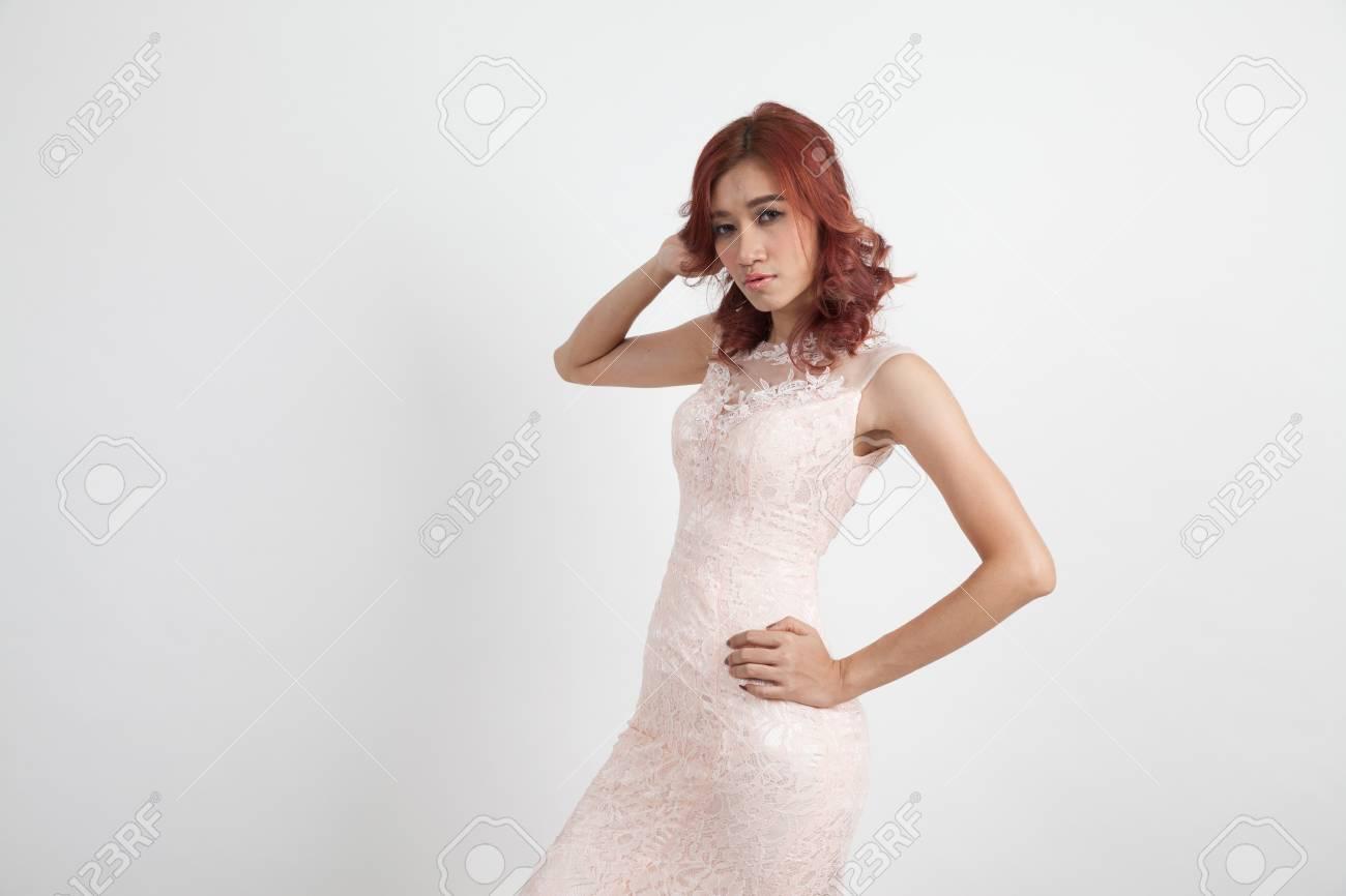 Licht Roze Jurk : Half portret van een mooi meisje in een licht roze jurk geïsoleerd