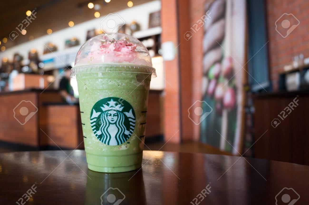 Bangkok, Thailand - 12. April 2017: Eine Tasse Starbucks Kaffee ...