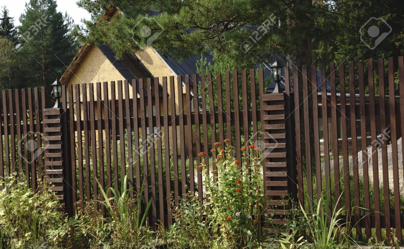Assi Di Legno In Inglese : Recinzione del giardino in legno con pilastri lastricati in pietra