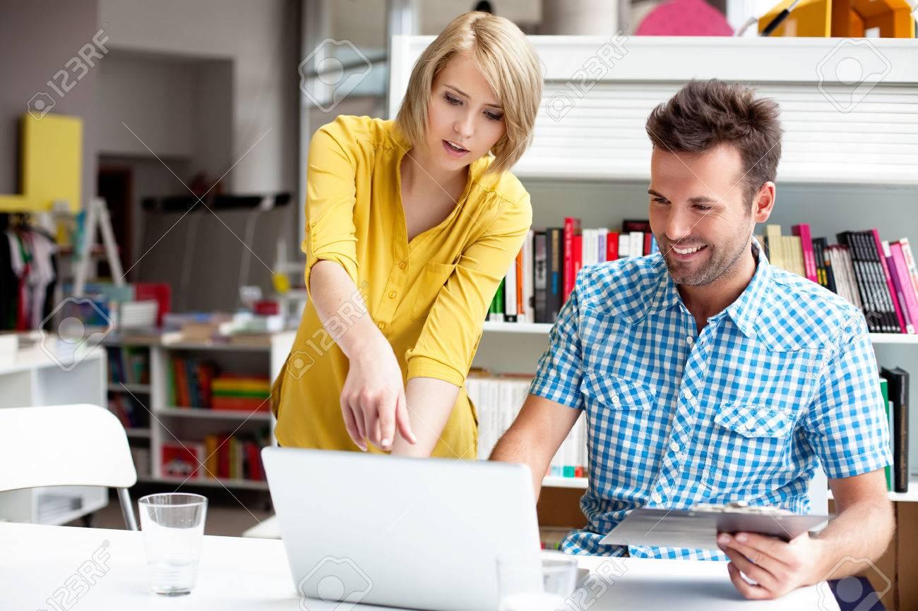 Zwei Buchhandlung Manager arbeitet am Laptop. Standard-Bild - 53952155