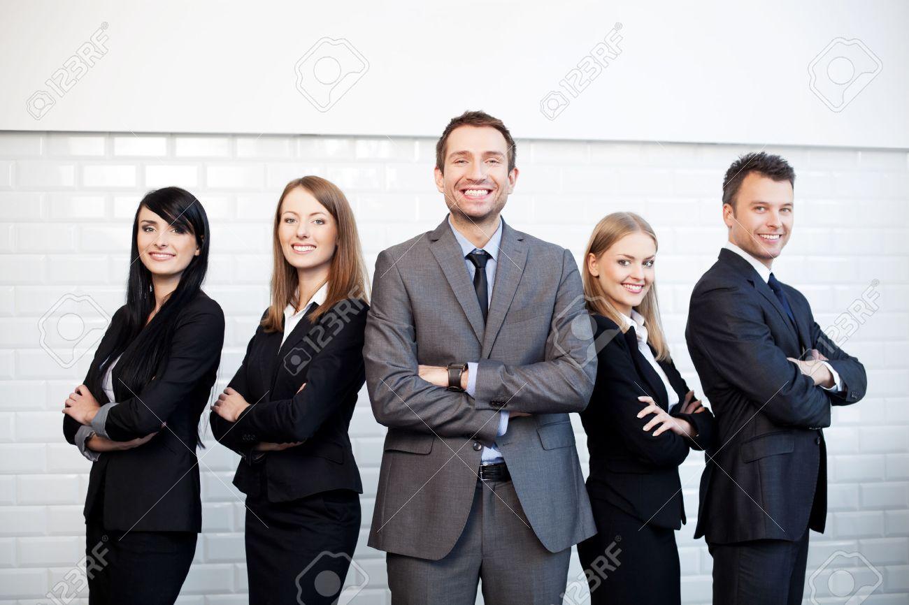 Gruppe Geschäftsleute, die mit Geschäftsmann Führer auf den Vordergrund Standard-Bild - 53953156