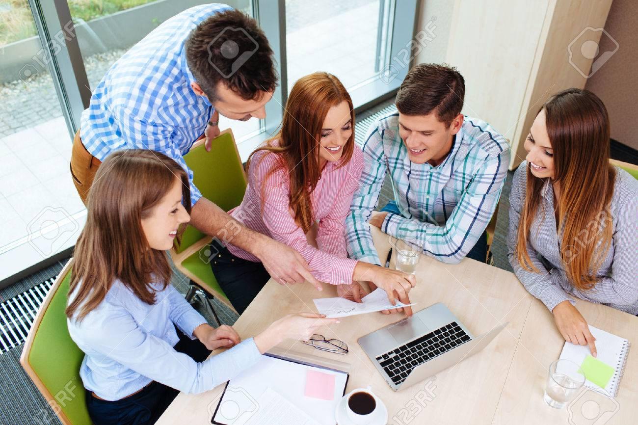 Unternehmensschulungen. Lehrer mit gorup von Menschen zu arbeiten. Standard-Bild - 53953652