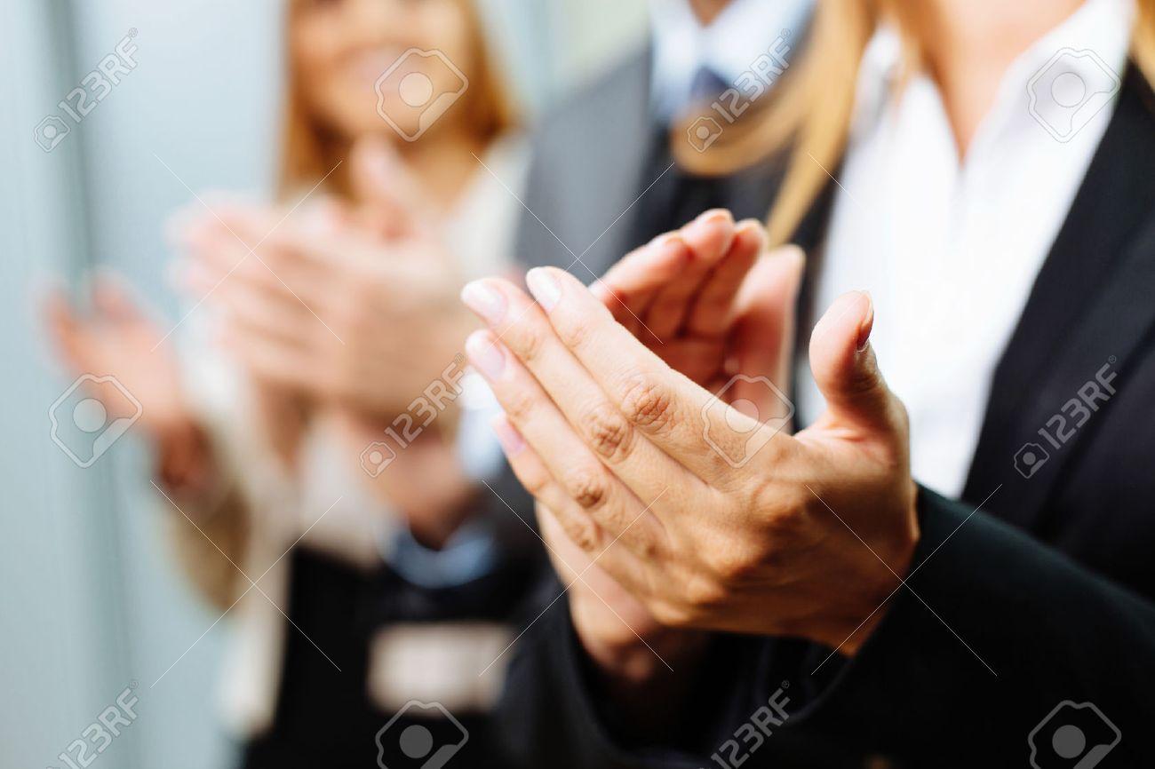 Close-up von Geschäftsleuten, die Hände klatschen. Business-Seminarkonzept Standard-Bild - 53954810