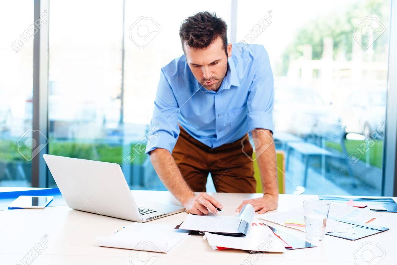 Besetzt Geschäftsmann im Büro arbeiten Standard-Bild - 53957350