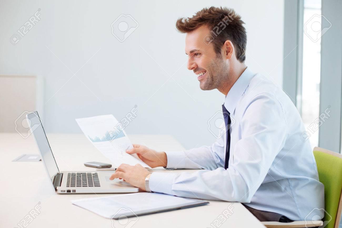 Man analyzing financial data in the office Standard-Bild - 53957470