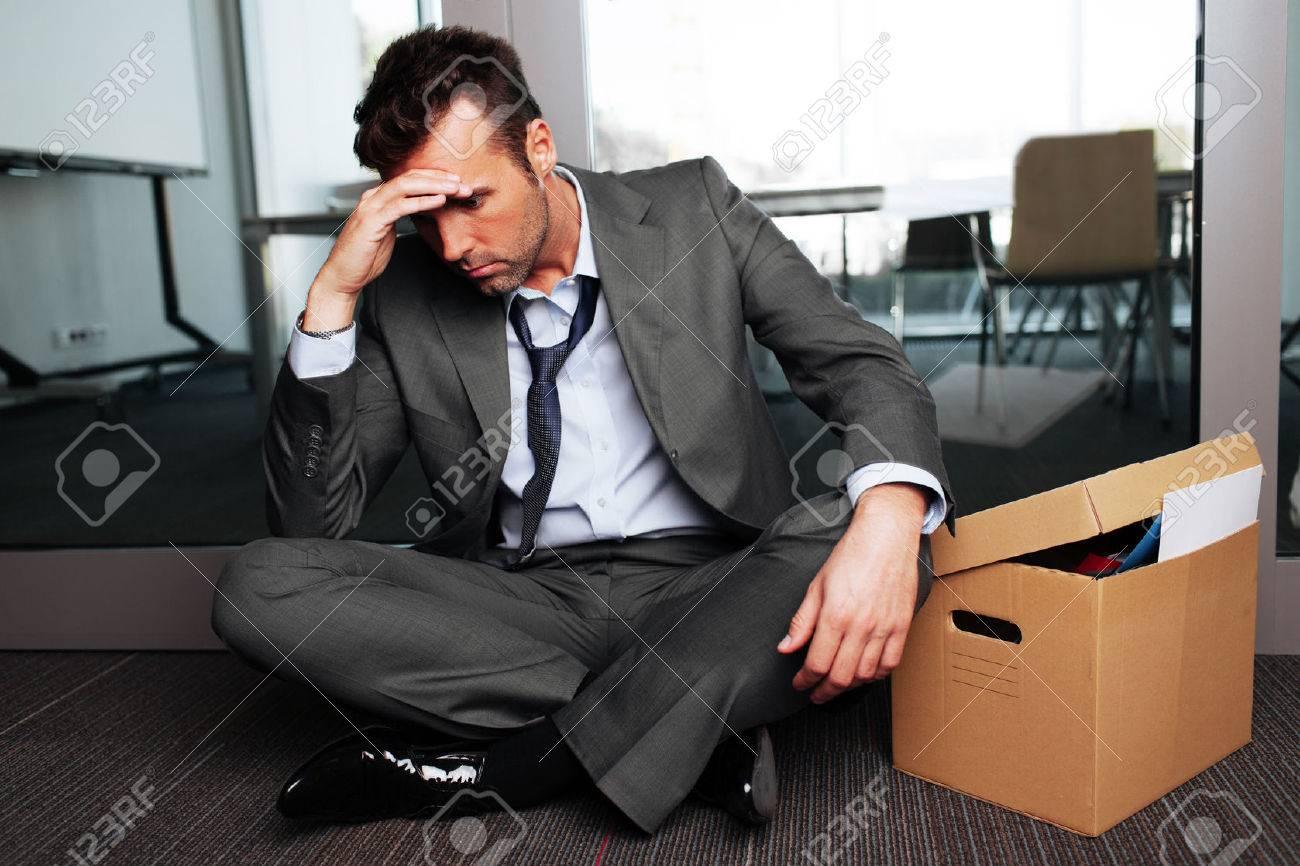 Sad gefeuert Geschäftsmann außerhalb Tagungsraum sitzen nach Entlassung Standard-Bild - 53957480
