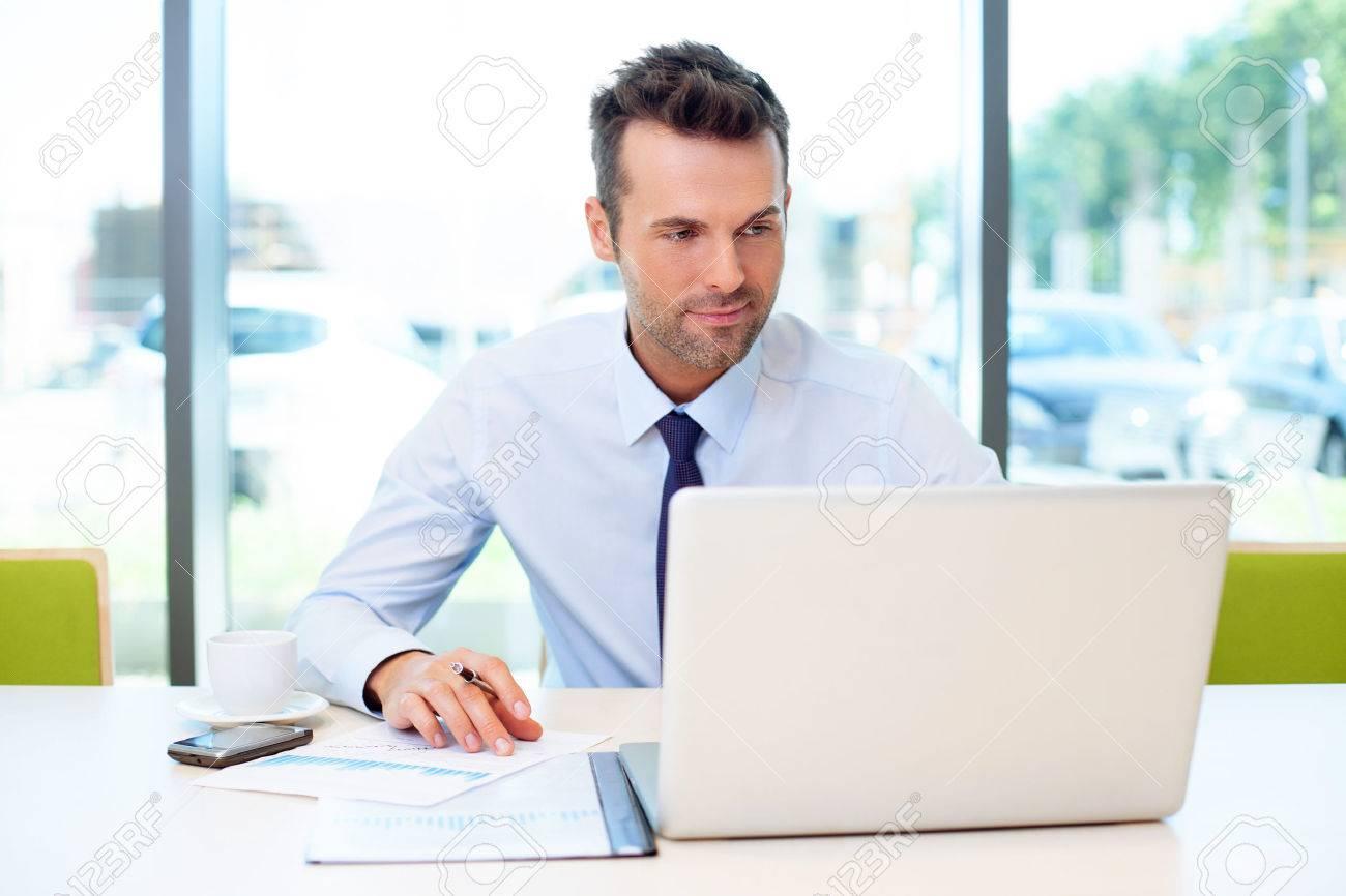 Man arbeitet im Büro auf dem Laptop Standard-Bild - 53959238