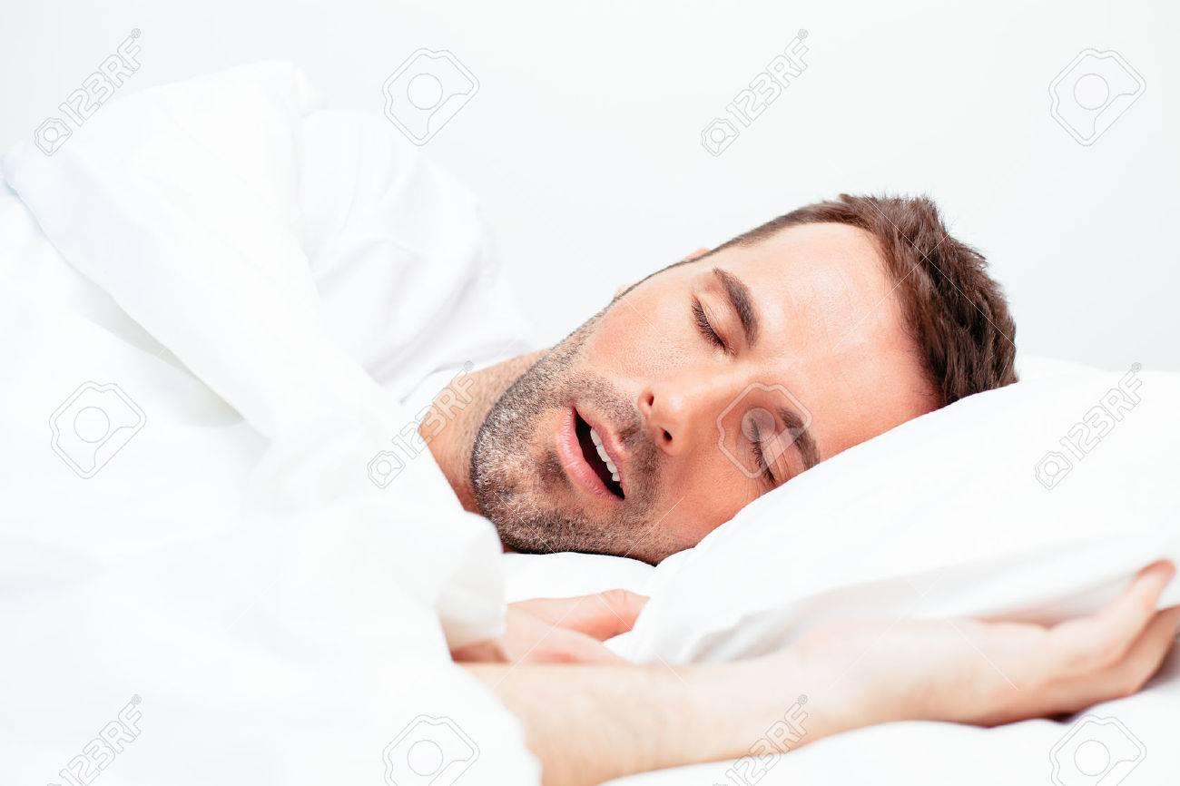 Porträt eines Mannes schlafen mit offenem Mund Standard-Bild - 65947320
