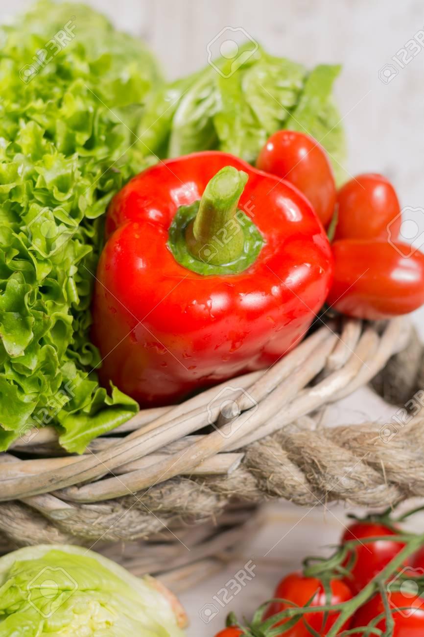 ingrédients pour la salade verte fraîche de printemps - feuilles de