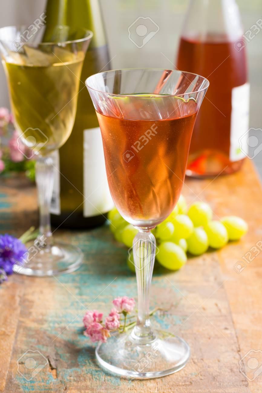 Vinos Fríos De Verano Blancos Y Rosas Servidos En Hermosas Copas En La Terraza En El Café Con Flores Románticas De Cerca