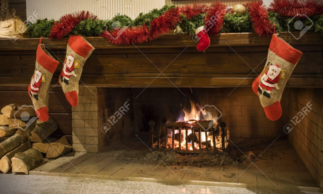 holz brennen im kamin im haus, winteridylle lizenzfreie fotos
