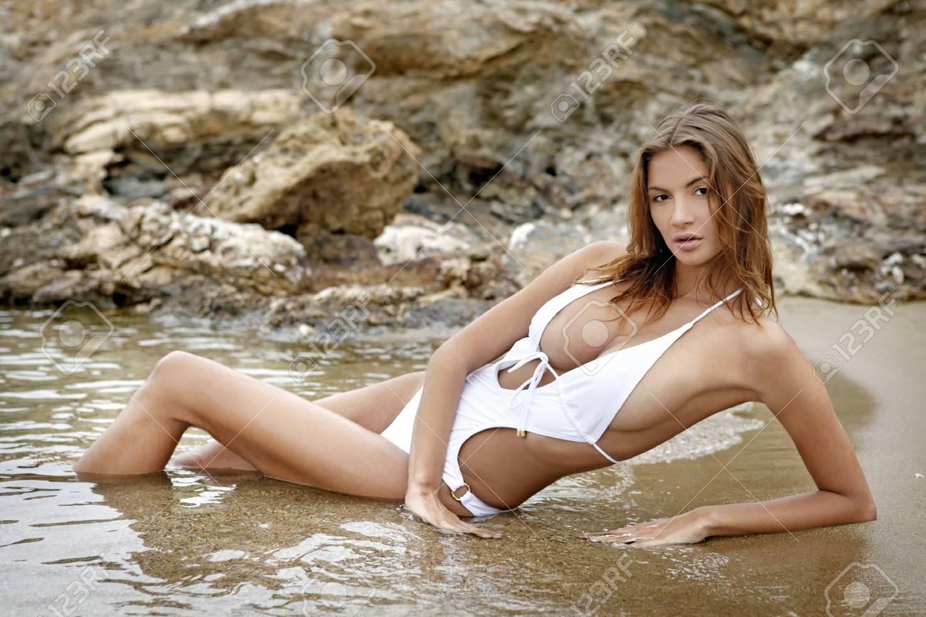 8da73f97a Foto de archivo - Moda joven mujer Morena en trajes de baño en la playa