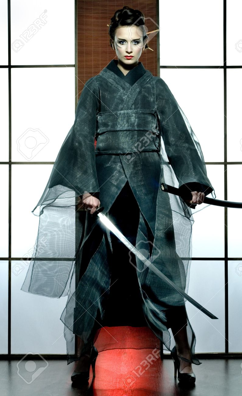 Samouraï Kimono En Femme Avec Japonais Chambre Traditionnelle L'épée Gris Belle De yY6vI7fgb