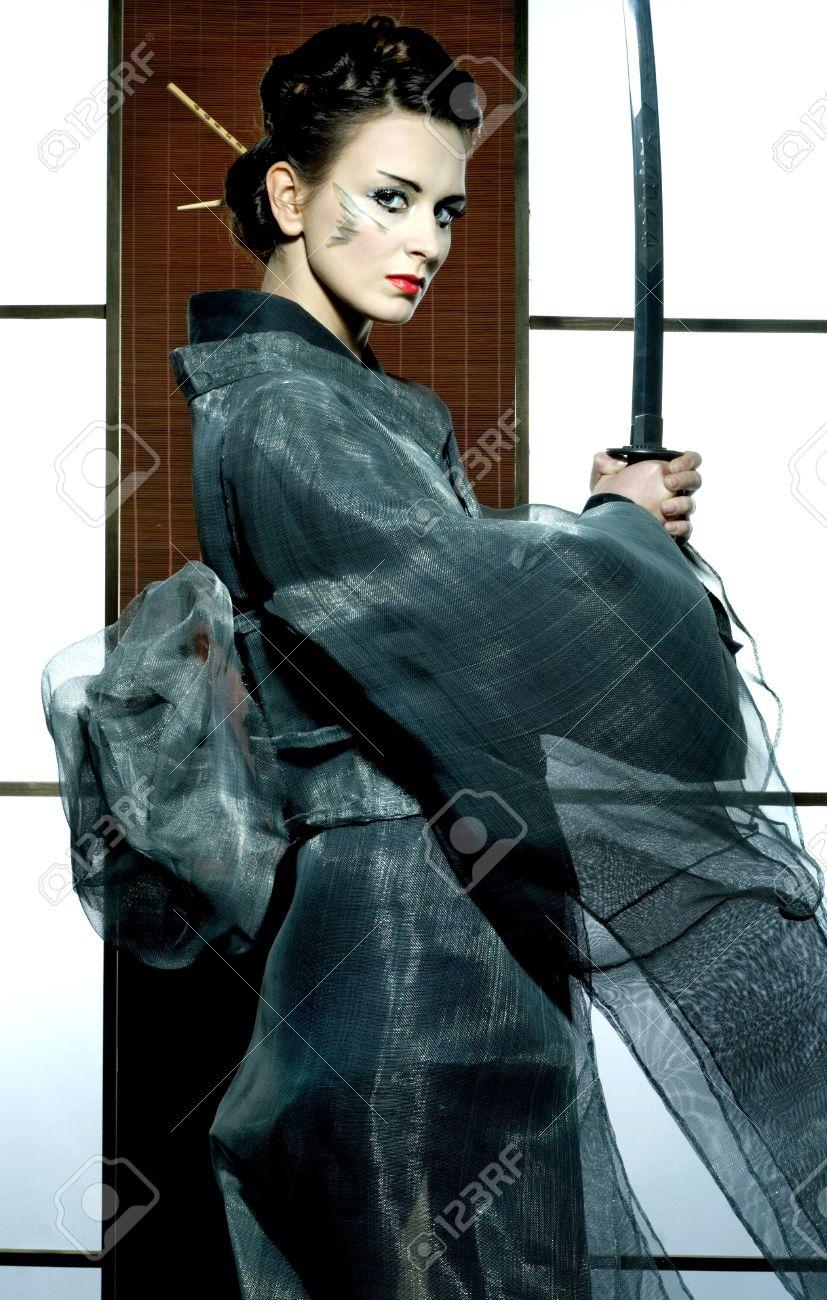 Belle Femme Kimono Gris Japonais Avec L'épée De Samouraï En ...