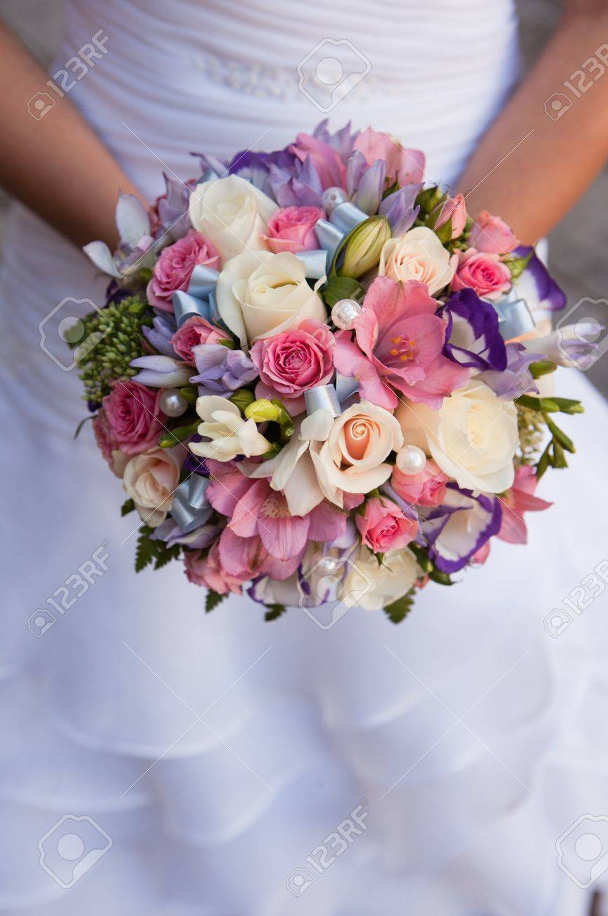 Bouquet Sposa Rotondo.Bouquet Rotondo Con Rose Bianche Fresia Viola E Rosa E Perle Nelle Mani Della Sposa