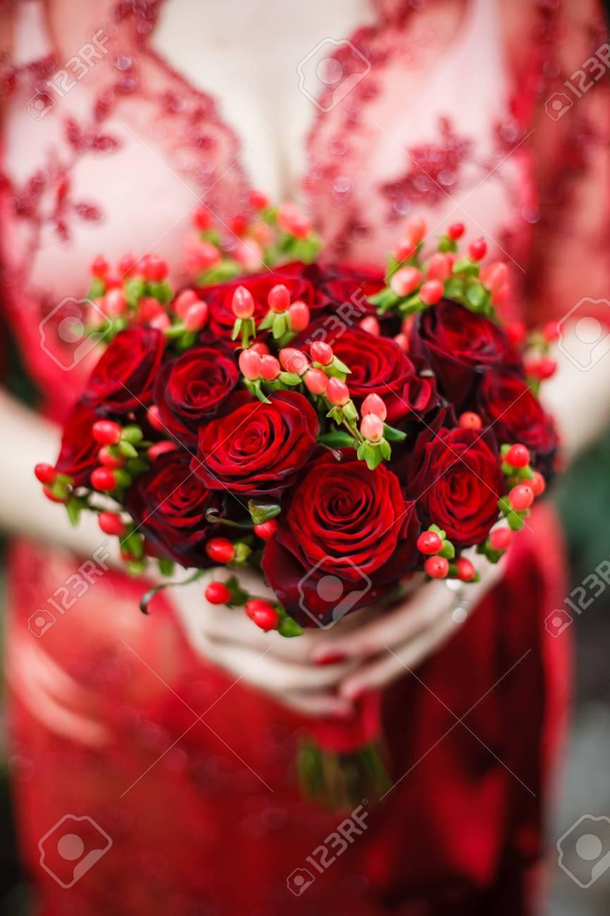 Bouquet Sposa Rose Rosse.Immagini Stock Abito Di Pizzo Rosso Sposa E In Possesso Di Un