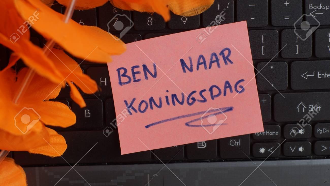 Je visite kingsday en néerlandais écrit sur un tableau noir au
