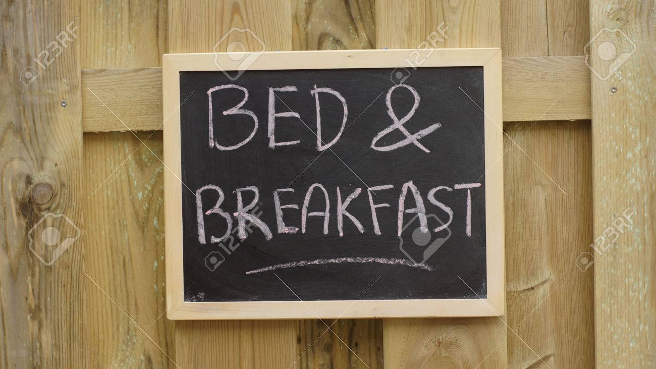 Bed and breakfast scritti su una lavagna scritta in una parete di ...