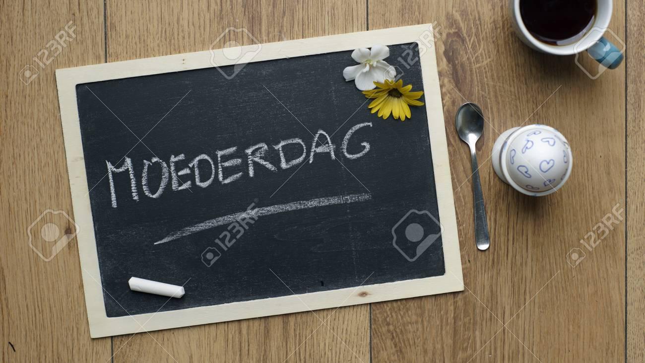 Fête Des Mères écrit En Néerlandais Sur Un Tableau à Côté Dun Oeuf
