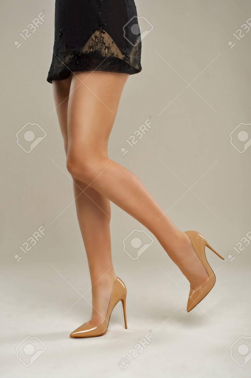 Gepflegte Beine Madchen In Schuhen Mit Einem Rock Aus Schwarzem