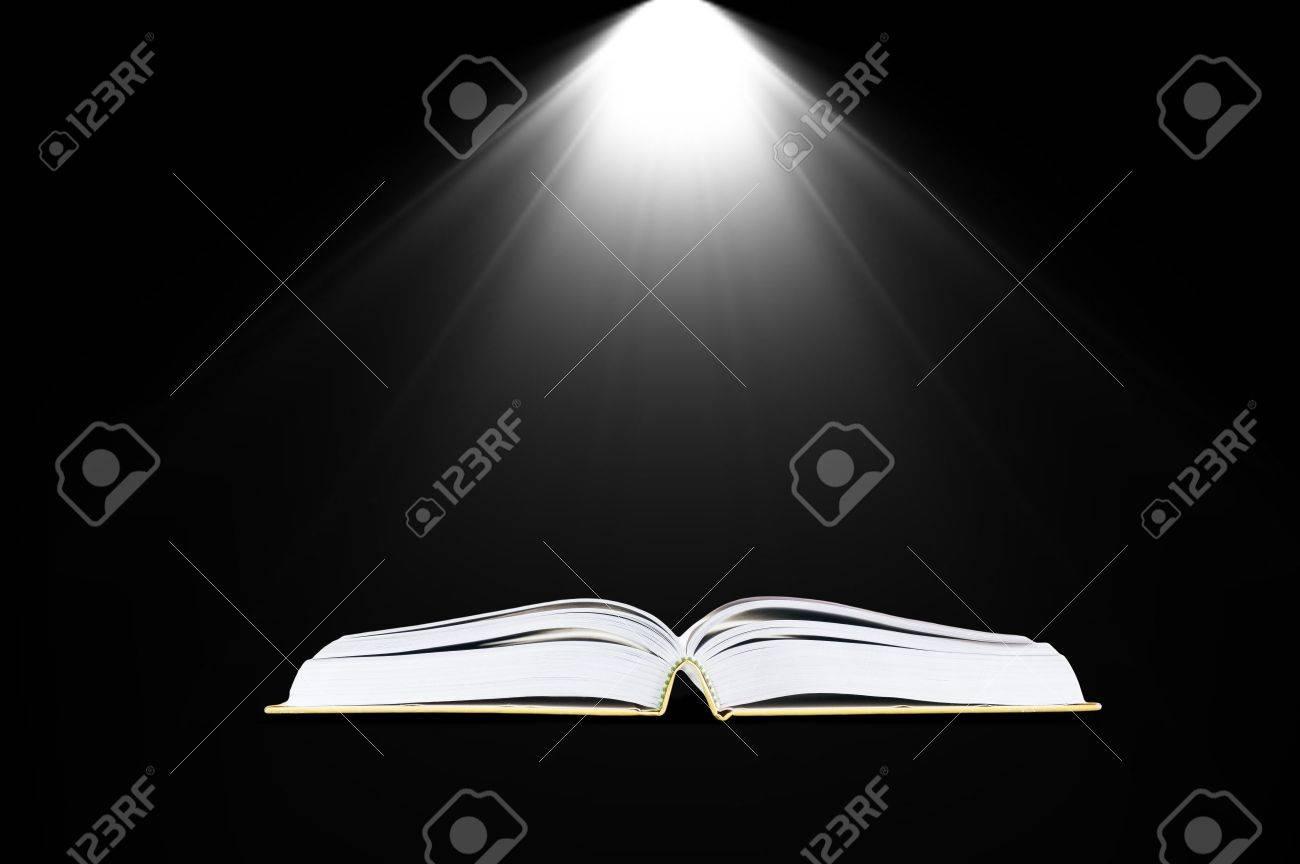 Libro En El Cuarto Oscuro Con Luz - Concepto De Educación Fotos ...