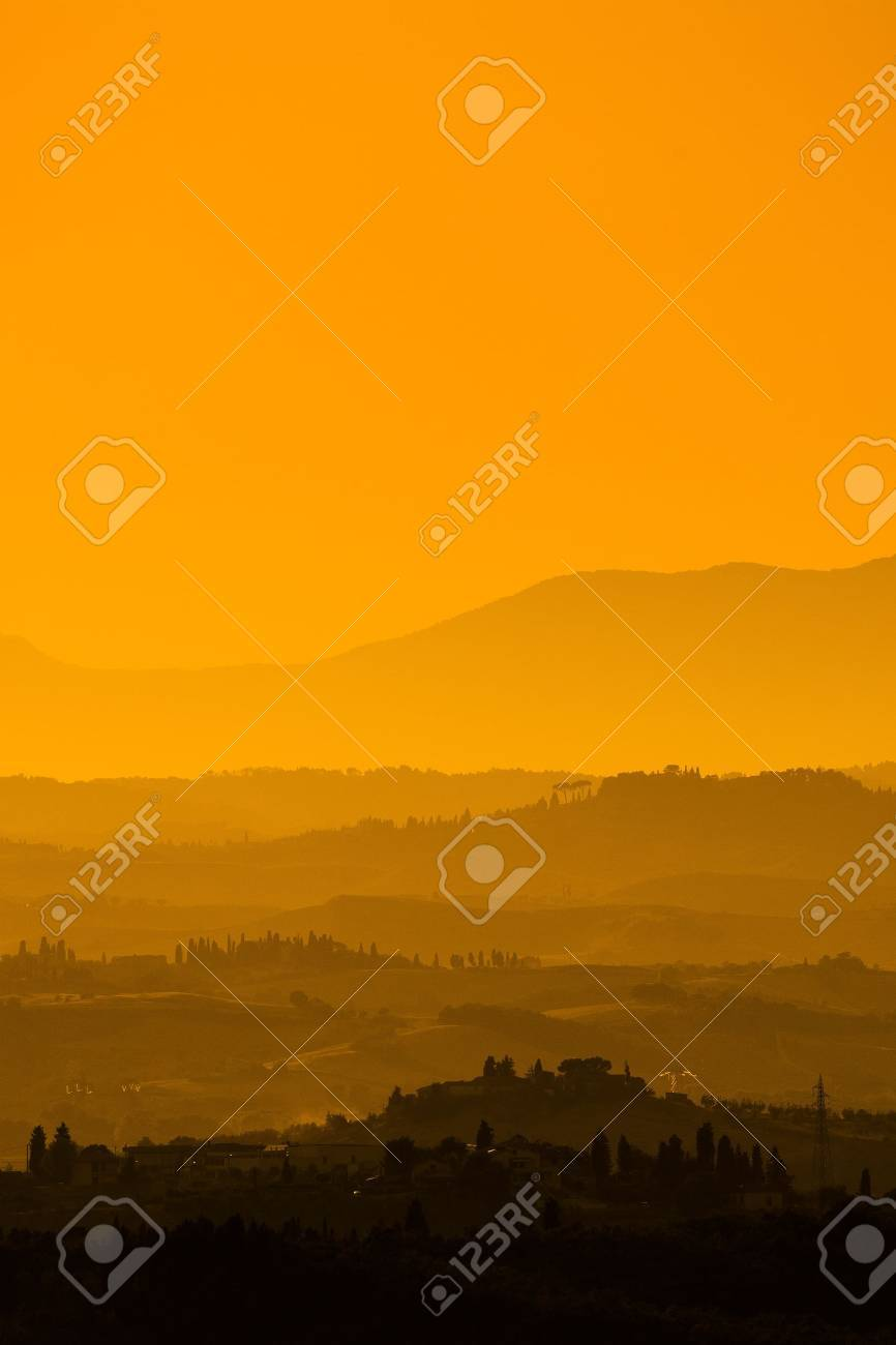 Landscape in Tuscany at sunset in summer Standard-Bild - 13874921