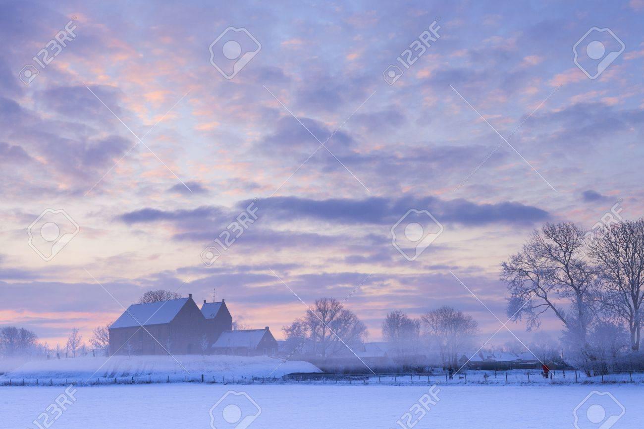 Beautiful winter sunset with snow Standard-Bild - 13874976