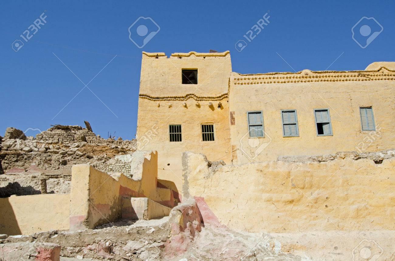 伝統的な泥れんが造りの家のいく...