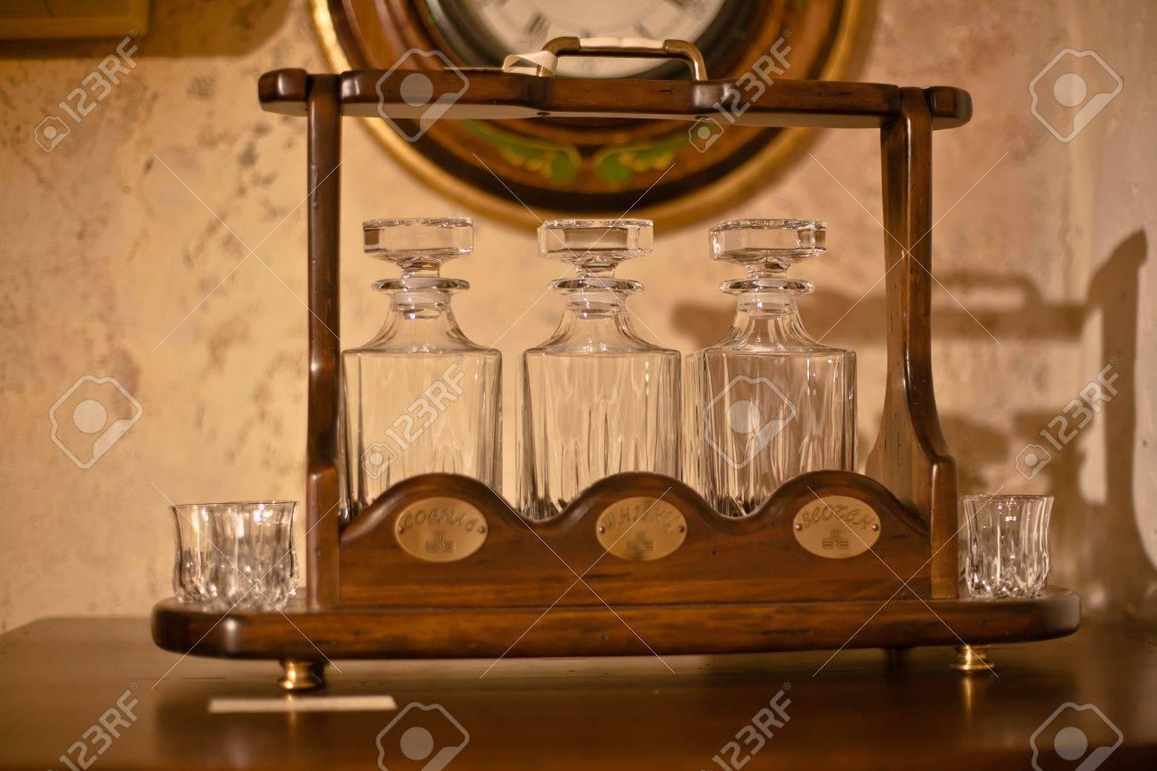 Vintage-Küche Für Die Lagerung Und Abfüllung Von Wein Eingestellt ...