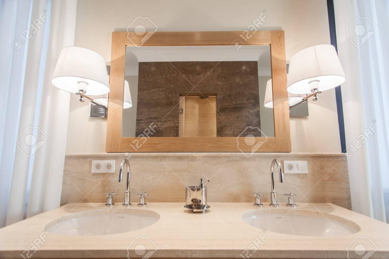 Salle De Bain Luxe Hotel ~ vue de face de salle de bains dans l h tel de luxe banque d images