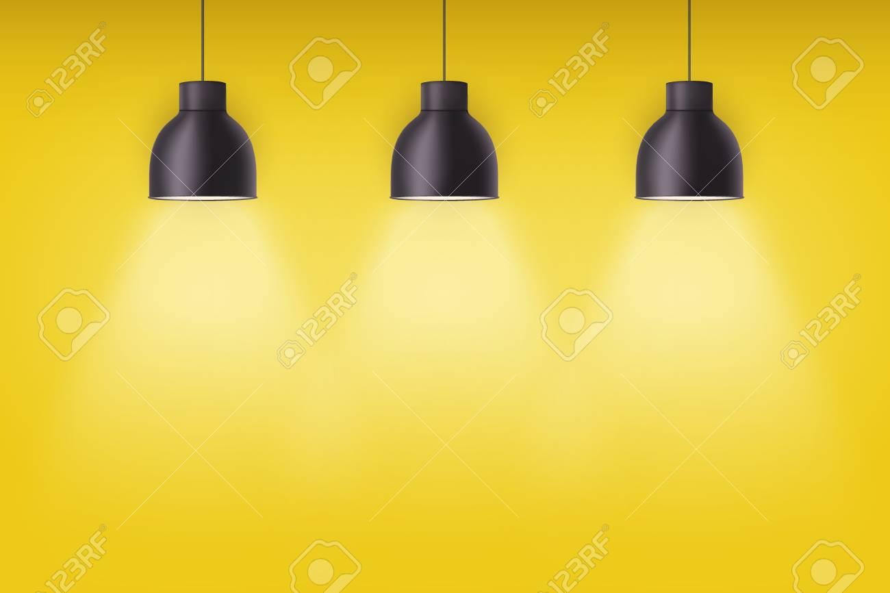 Lampes Vintage Cône élégant En Métal Sur Le Mur De Peinture Jaune