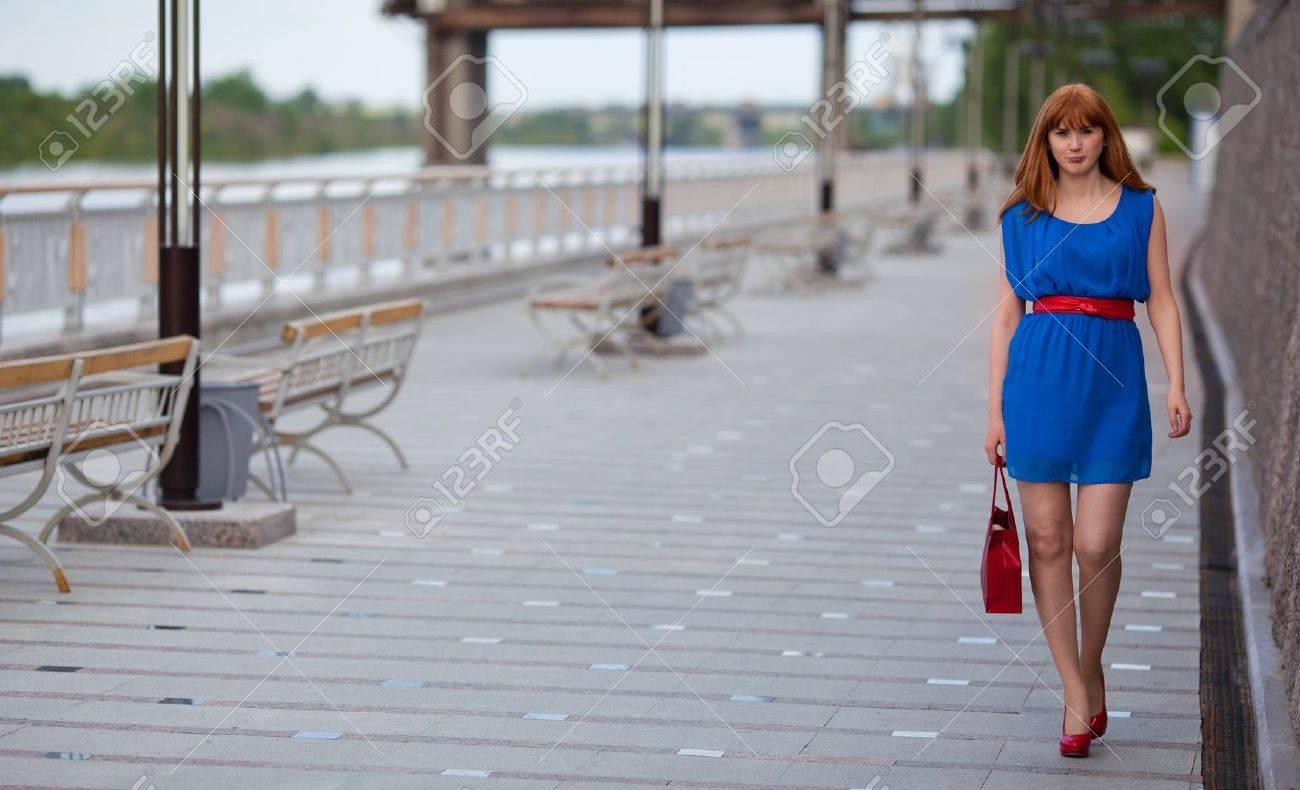 Beautiful Sexy Frau Im Blauen Kleid Und Roten Schuhen Zu Fuss In Der Nahe Von Brucke Lizenzfreie Fotos Bilder Und Stock Fotografie Image 20571736