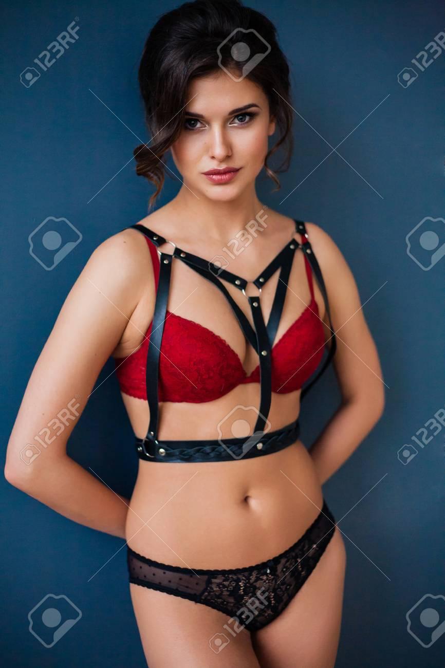 6f8ff0285d30f3 Schöne sexy Frau trägt verführerische Dessous und Leder Zubehör  Standard-Bild - 70058401