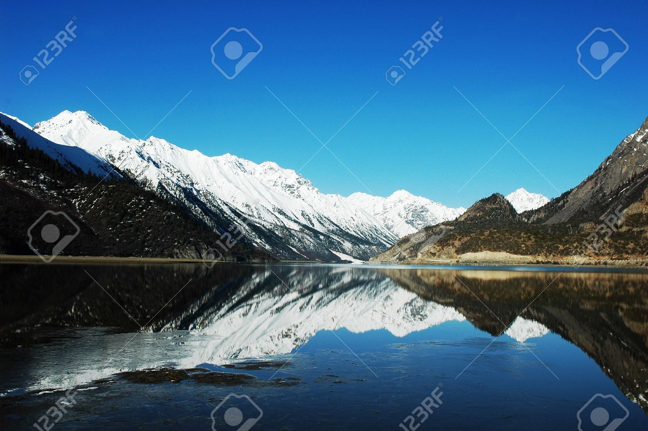 Landscape of snow-capped mountains with a mirror in the lake Stock Photo - 10727709