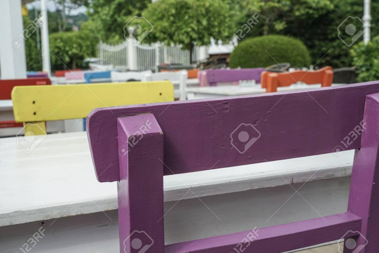 Sedie In Legno Colorate : Immagini stock sedie di legno colorate e tavola di un caffè