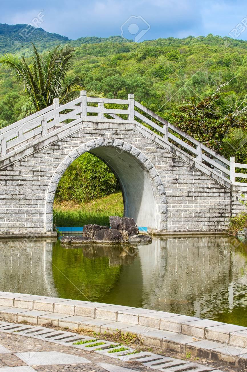Die Brücke über Den Teich Im Chinesischen Garten Lizenzfreie Fotos ...