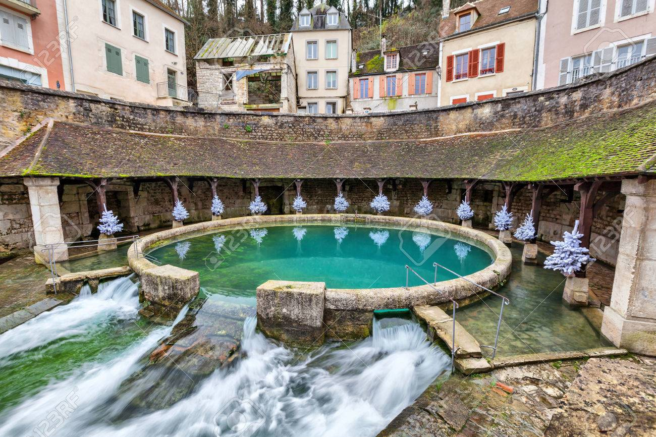La fosse Dionne - the karst spring located in the center of Tonnerre, France - 37675502