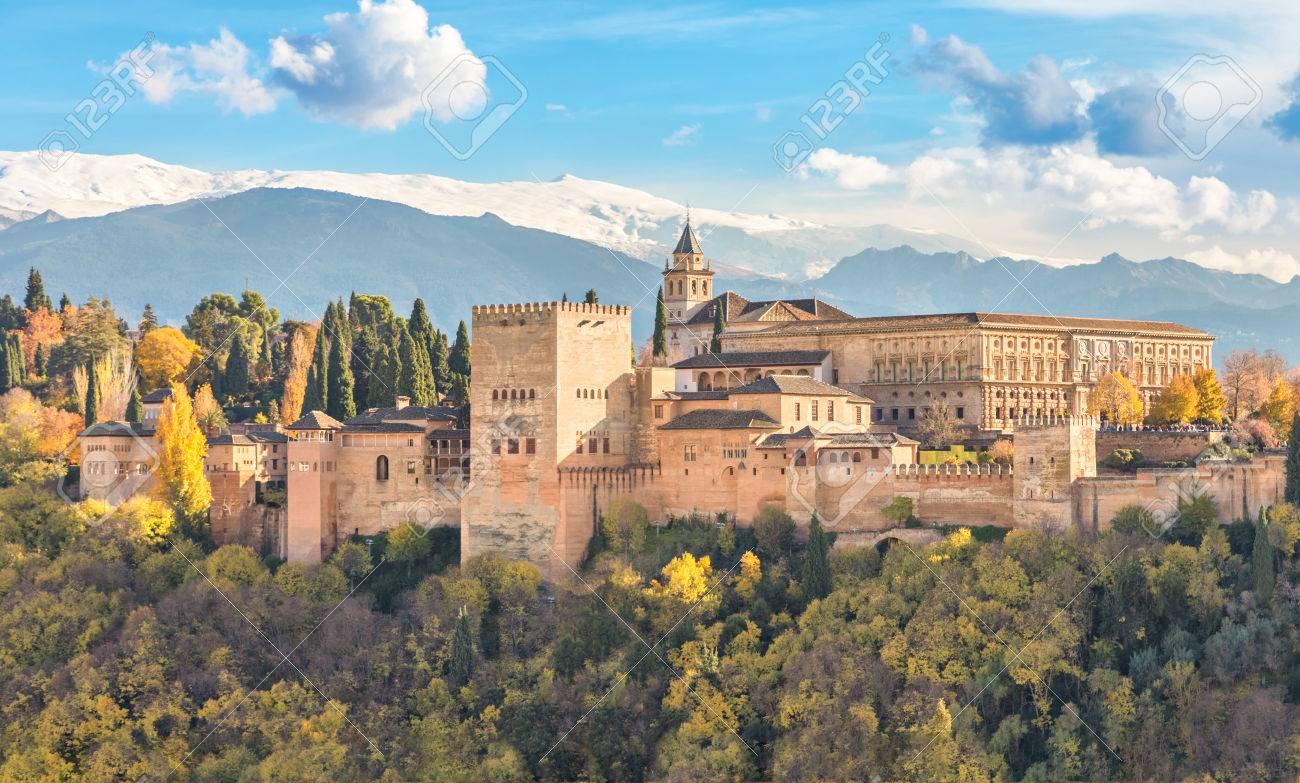 Alhambra Forteresse Maure Medieval Entoure Par Des Arbres D Automne Jaunes Avec Des Montagnes De Neige Sur Fond Grenade Andalousie Espagne Banque D Images Et Photos Libres De Droits Image 69655569
