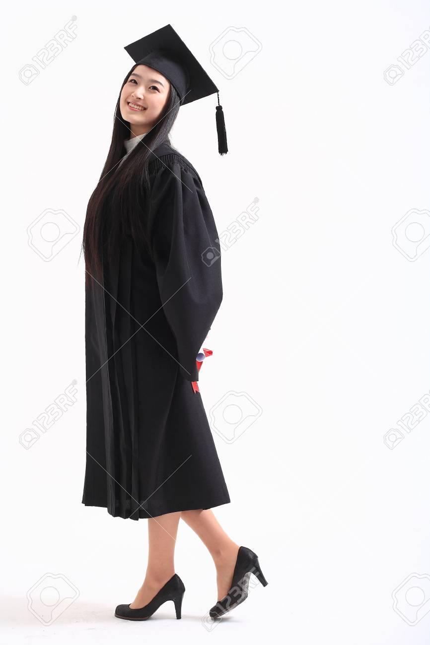 6dfc923d6 Foto de archivo - Una mujer asiática con un sombrero de graduación y la ropa  en el estudio