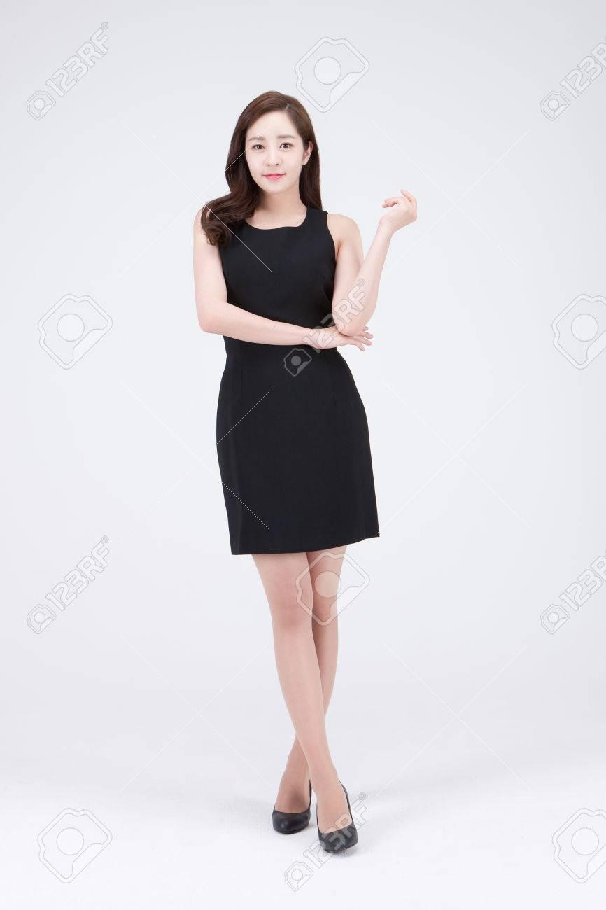 9e47432dd8 Foto de archivo - Joven hermosa mujer asiática en mini vestido negro posando  en el estudio - aislado en blanco
