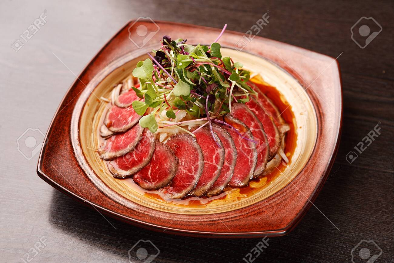 beef sashimi with thinly sliced onion - 120069654