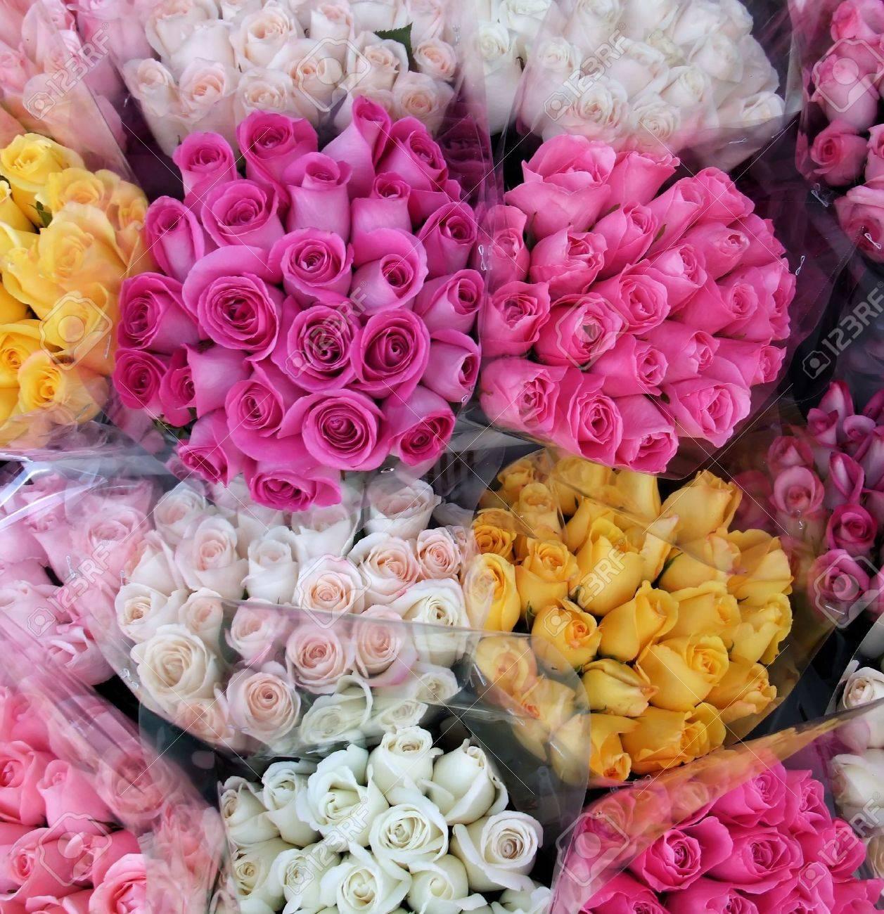 foto de archivo vibrante variedad de ramos de flores rosas en la tienda