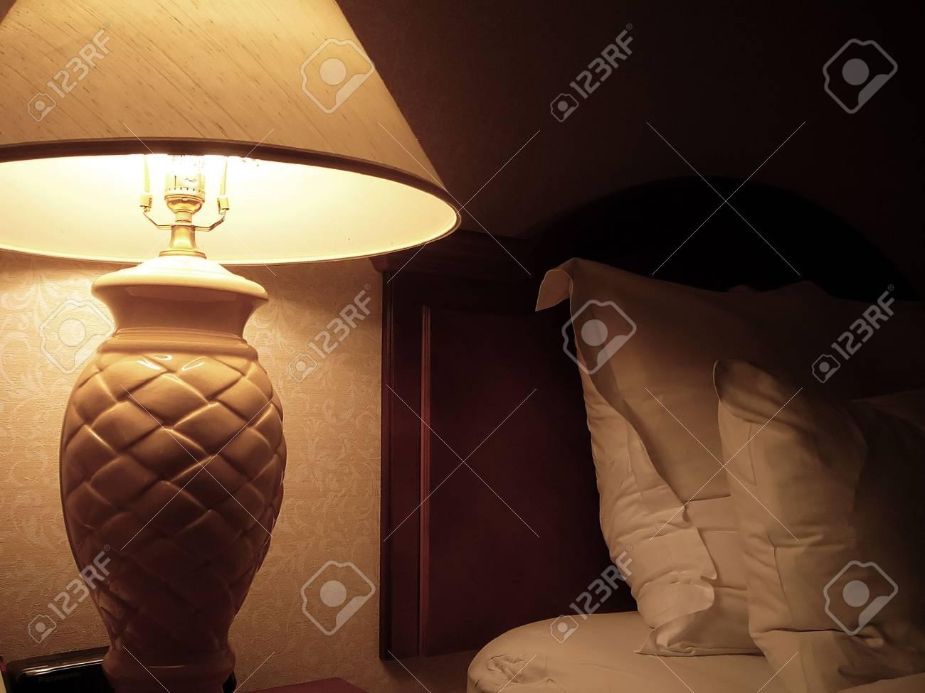 Gemutliche Schlafzimmer Closeup Von Bed And Lampe Lizenzfreie Fotos