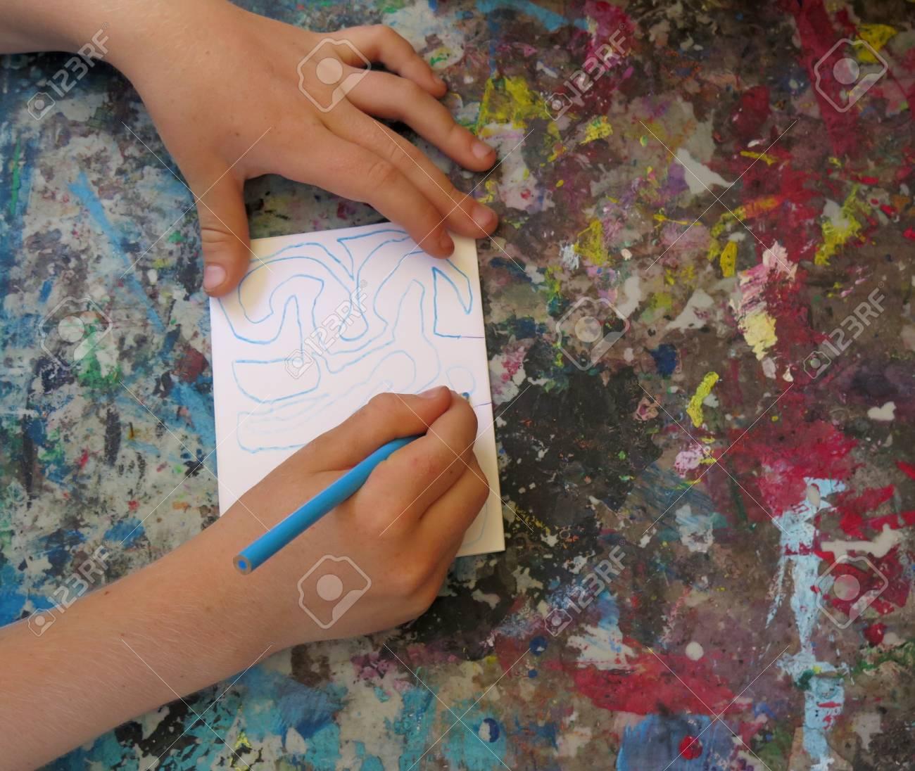 Main D Un Garcon De Dessin Avec Crayon De Couleur Sur La Palette
